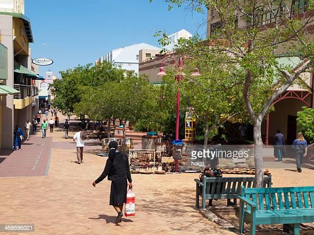 zona de peatones en el centro de la ciudad de windhoek - namibia fotografías e imágenes de stock