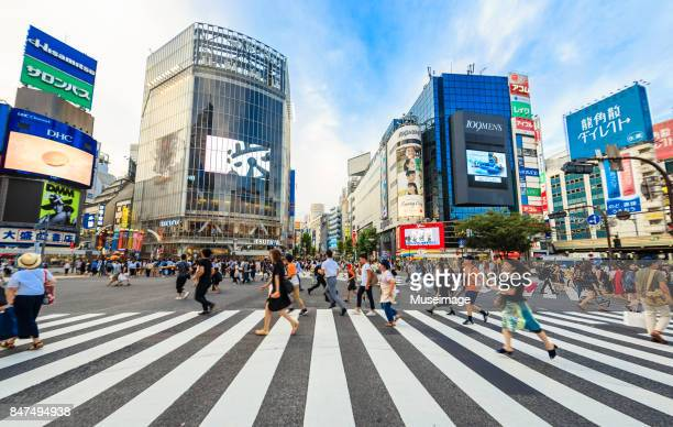 pedestrians are running through the street at shibuya crossing - shibuya ward stock pictures, royalty-free photos & images