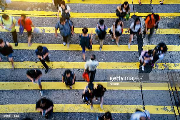 Fußgänger überqueren Straße in Hongkong