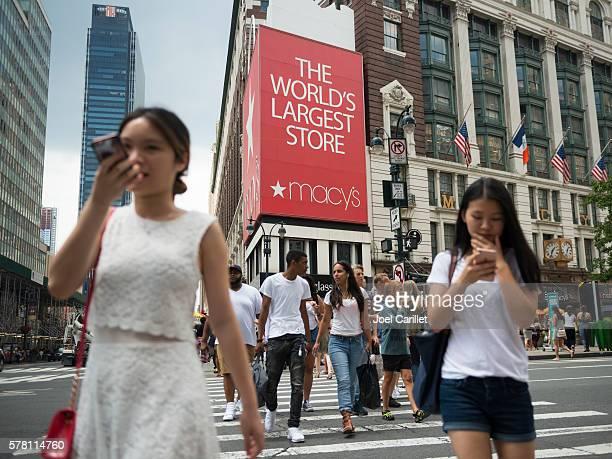 pedestrians crossing sixth avenue outside macy's store in new york - macy's - fotografias e filmes do acervo
