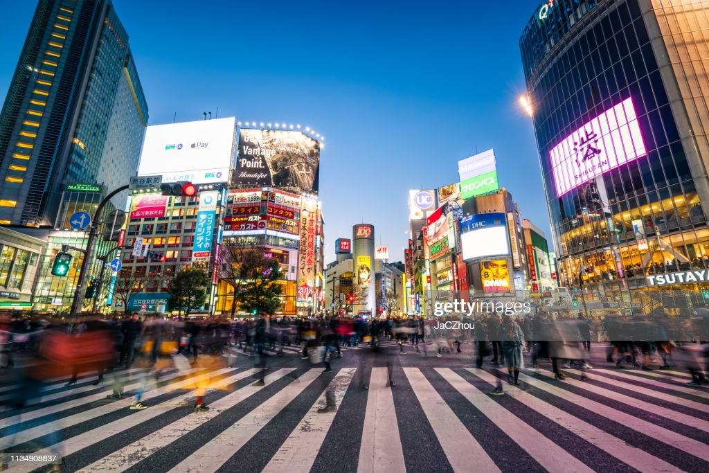 Pedestrians crossing the street at Shibuya crossing with motion blur : Foto de stock