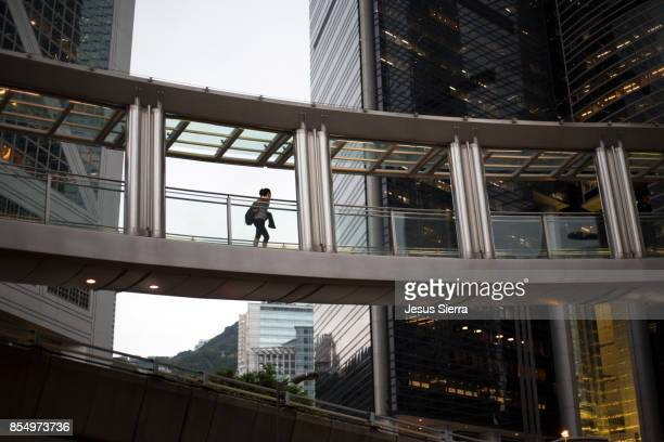 pedestrians in central district, hong kong, china - elevated walkway stock pictures, royalty-free photos & images