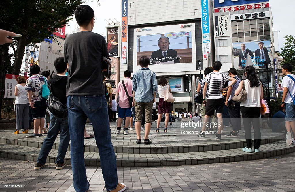 Pedestrians look at a monitor showing Japan's Emperor Akihito delivering a speech in a video message on August 8, 2016 in Tokyo, Japan. Japan's Emperor Akihito addressed to the nation in a rare video message on his worry that it may become difficult to carry out his duties as the symbol of the State considering his fitness level gradually declining on August 8, 2016. This will raise a debate in Japan as the current Japanese law states the Emperor serves until death.