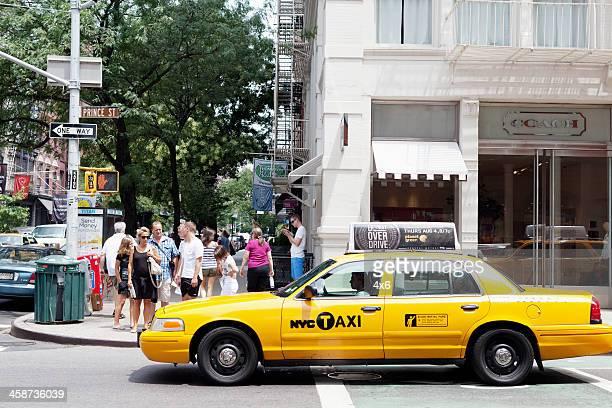 pedoni su prince street, new york. - taxi foto e immagini stock
