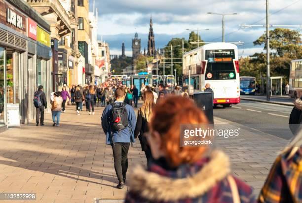 エジンバラ、スコットランドのプリンセスストリートの歩行者 - プリンシズ通り ストックフォトと画像