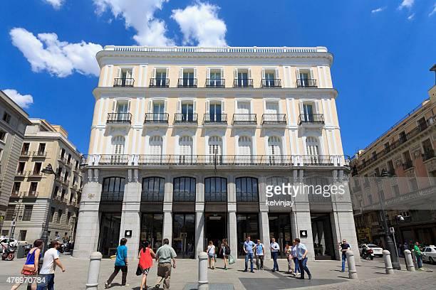 peatones fuera de apple store, en madrid, españa - puerta del sol fotografías e imágenes de stock