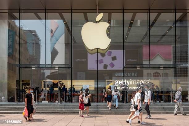 Pedestrians pass the apple store on the Nanjing Road Pedestrian Street, Shanghai, China, June 1, 2020.- PHOTOGRAPH BY Costfoto / Barcroft Studios /...