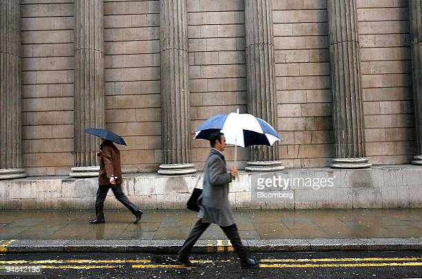 Pedestrians pass the Bank of England in London UK on Thursday Dec 4 2008 The Bank of England cut the benchmark interest rate by 1 percentage point to...