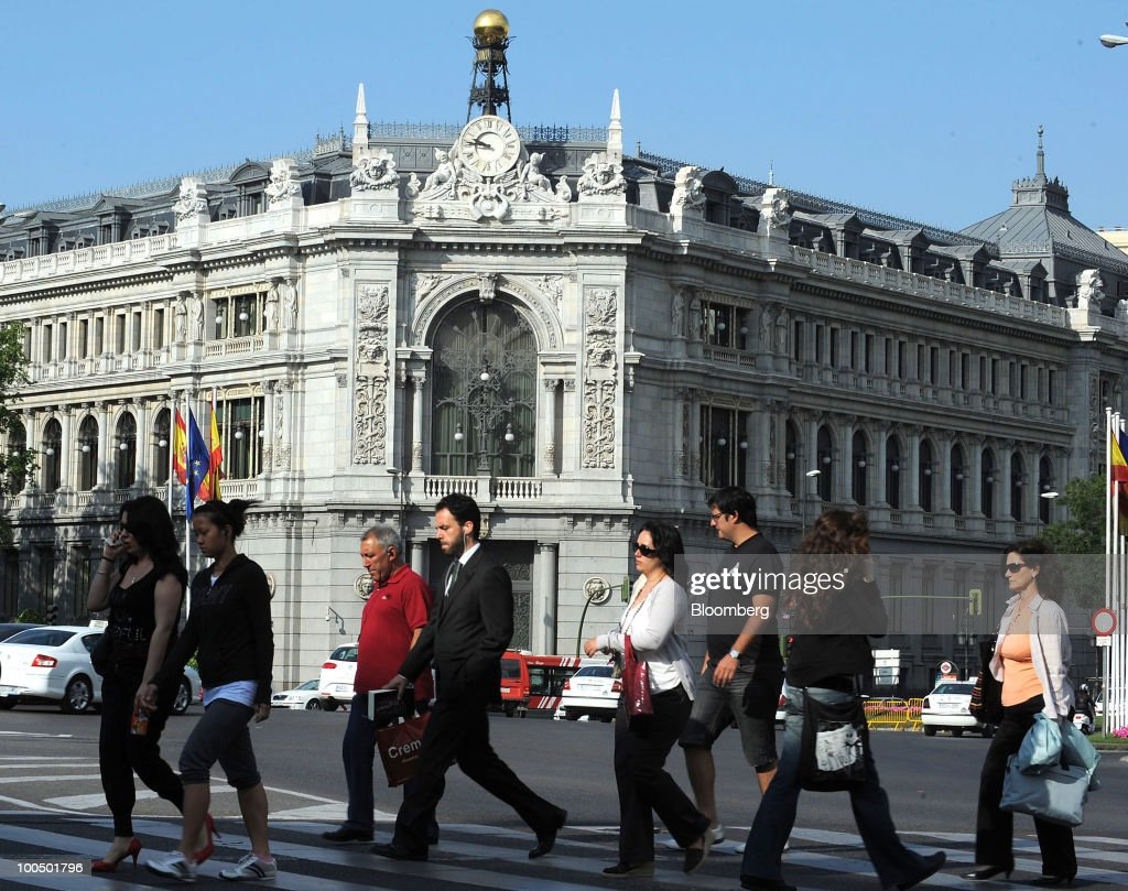 Pedestrians pass the Bank of Spain in Madrid, Spain, on Tuesday, May 25, 2010. Four Spanish savings banks with more than 135 billion euros ($167 billion) in assets plan to combine as regulators push ailing lenders to merge with stronger partners. Photographer: Denis Doyle/Bloomberg via Getty Images
