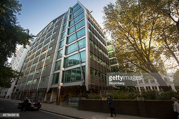 Pedestrians pass the headquarters of Lloyds Banking Group Plc in London UK on Monday Oct 27 2014 Lloyds fared worse than expected in the European...