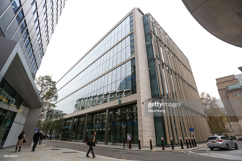 Pedestrians pass the headquarters of Standard Chartered Plc in London, U.K. on Tuesday, Nov. 3, 2015. Standard Chartered Plc dropped the most in more than three years after the lender said it plans to eliminate 17 percent of its workforce, scrap the dividend and tap investors for $5.1 billion as Chief Executive Officer Bill Winters seeks to restore profit growth. Photographer: Chris Ratcliffe/Bloomberg via Getty Images