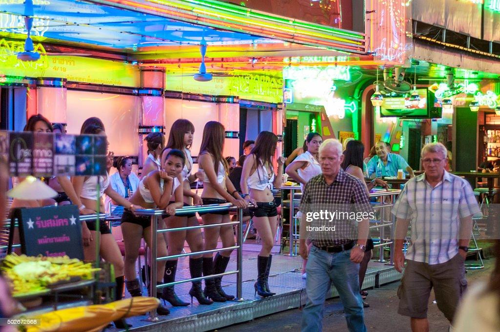 Peatones Walk pasado A Go-Go Bar en Soi Cowboy, Bangkok : Foto de stock