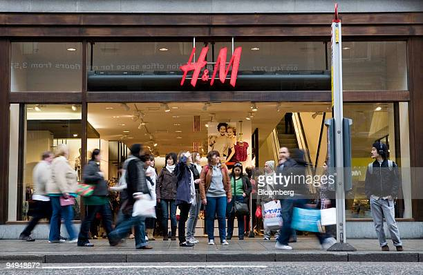 Pedestrians walk past a Hennes Mauritz store on Oxford Street in London UK on Wednesday March 25 2009 Hennes Mauritz AB Europe's secondlargest...