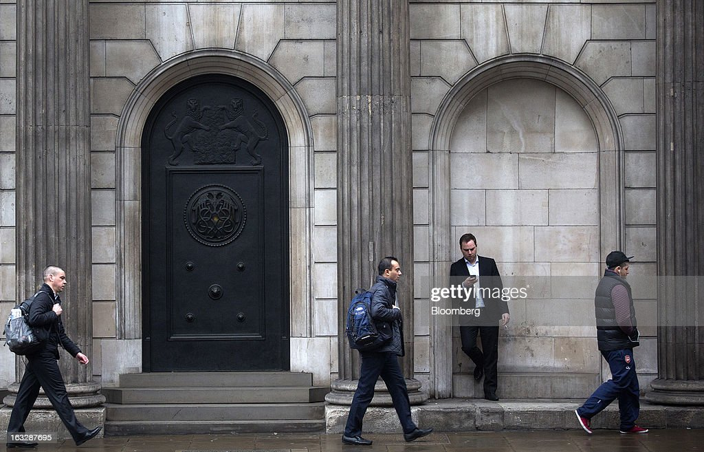 Pedestrians walk past the Bank of England (BoE) in London, U.K., on Thursday, March 7, 2013. The pound dropped to its weakest level in more than 2 1/2 years versus the dollar before Bank of England policy makers announce their decision on whether they will add more stimulus to boost the U.K. economy. Photographer: Simon Dawson/Bloomberg via Getty Images
