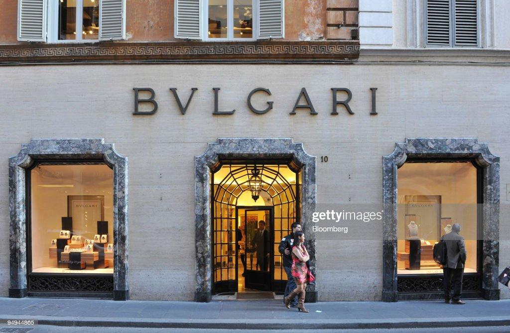 Pedestrians walk past the Bulgari shop situated on the Via C : ニュース写真