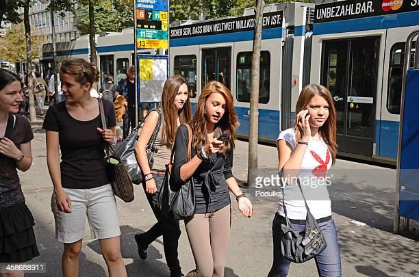 Fußgänger zu Fuß auf der Straße