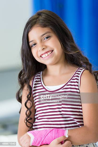 pediatric patient with injured arm smiling in hospital er - cast colors for broken bones stock pictures, royalty-free photos & images