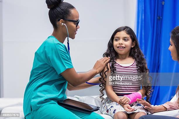 Pédiatre l'examen patient en salle d'urgence