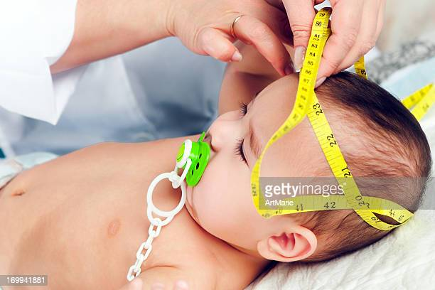 小児科医測定赤ちゃんの頭 - baby m ストックフォトと画像