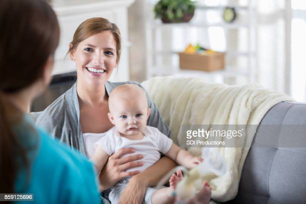 pediatrician visits young patient at home - visita imagens e fotografias de stock