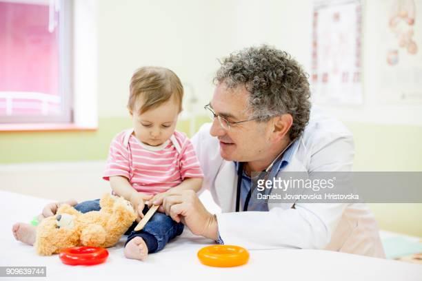Pédiatre avec bébé