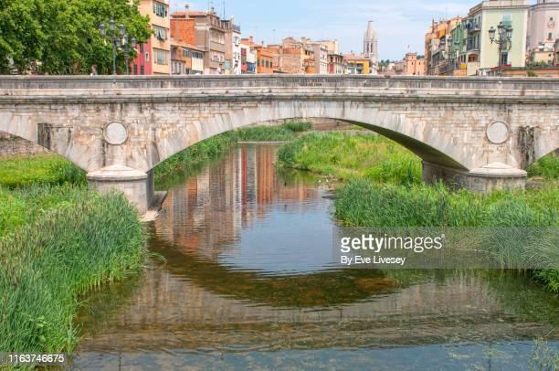 pedra bridge - girona - ponte ad arco foto e immagini stock
