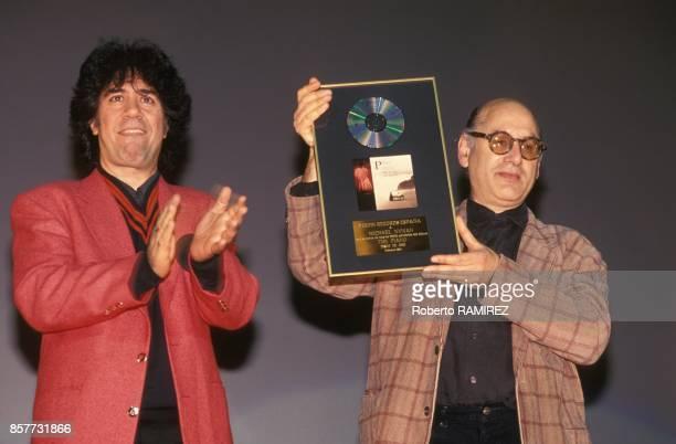 Pedro Almodovar applaudit Michael Nyman compositeur de musiques de films pour son disque d'or en fevrier 1994 a Madrid Espagne