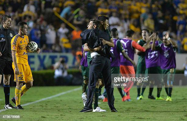 Pedro Caixinha coach of Santos celebrates with Sergio Ceballos of Santos after a quarterfinal second leg match between Tigres UANL and Santos Laguna...