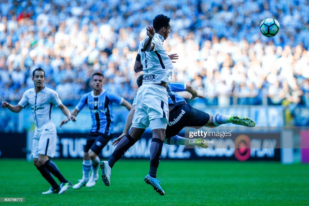 Pedro Geromel of Gremio battles for the ball against Jo of Corinthians during the match Gremio v Corinthians as part of Brasileirao Series A 2017, at Arena do Gremio on June 25, 2017, in Porto Alegre, Brazil.