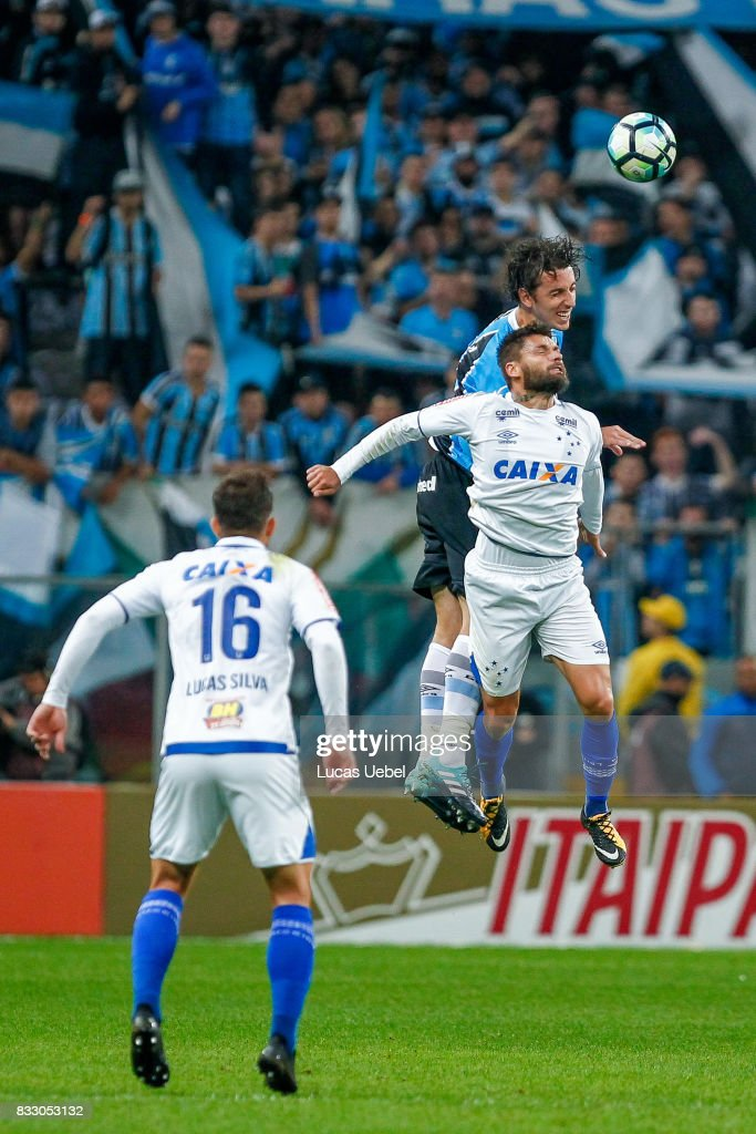 Pedro Geromel of Gremio battles for the ball against Rafael Sobis of Cruzeiro during the Gremio v Cruzeiro match, part of Copa do Brasil Semi-Finals 2017, at Arena do Gremio on August 16, 2017 in Porto Alegre, Brazil.