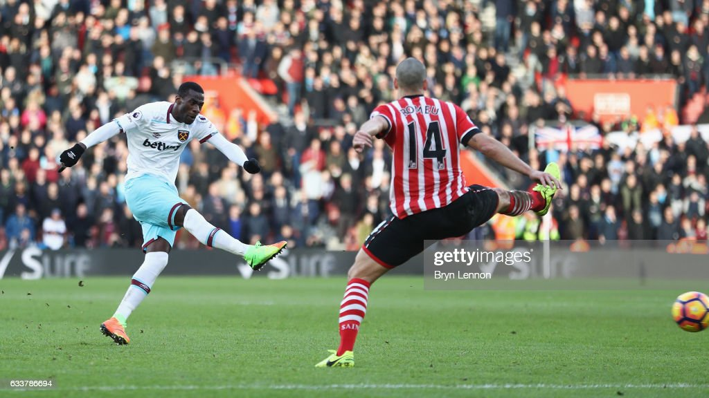 Pedro Obiang of West Ham United (L) scores his sides second goal during the Premier League match between Southampton and West Ham United at St Mary's Stadium on February 4, 2017 in Southampton, England.