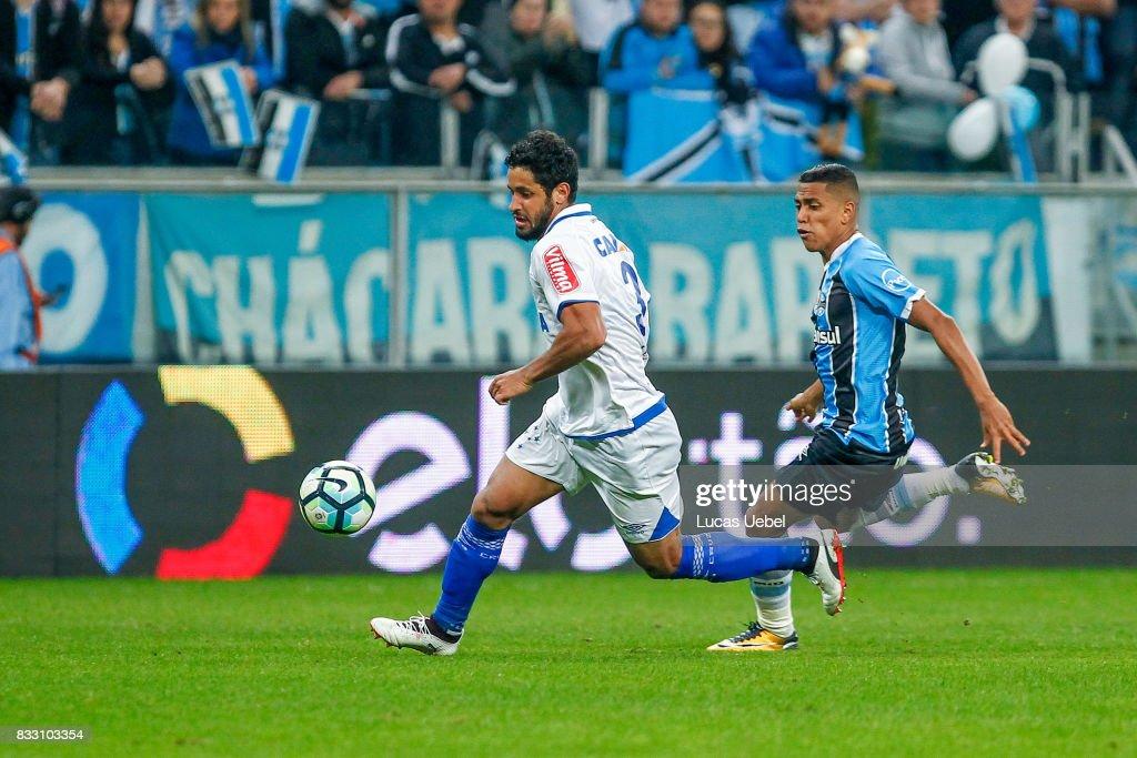 Pedro Rocha of Gremio battles for the ball against Leo of Cruzeiro during the Gremio v Cruzeiro match, part of Copa do Brasil Semi-Finals 2017, at Arena do Gremio on August 16, 2017 in Porto Alegre, Brazil.