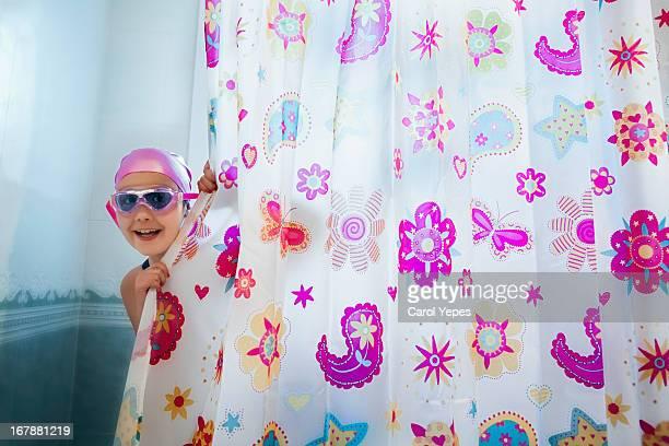 peek a boo at bathroom - fille sous la douche photos et images de collection