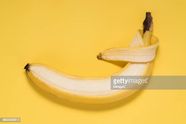 peel a banana - 剥いた ストックフォトと画像
