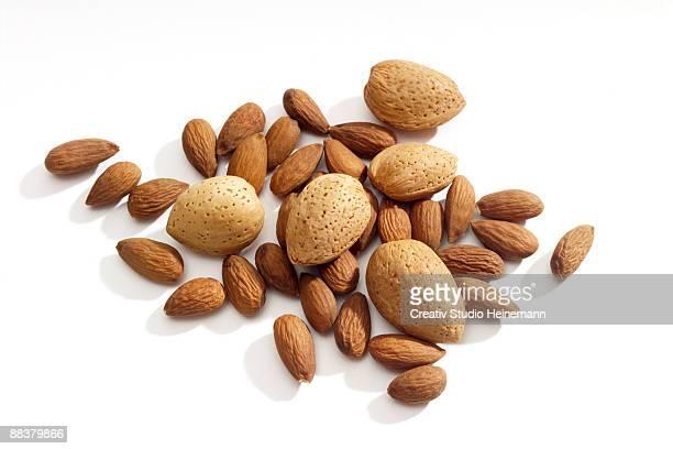 peeled and unpeeled almonds, elevated view - pelado fotografías e imágenes de stock