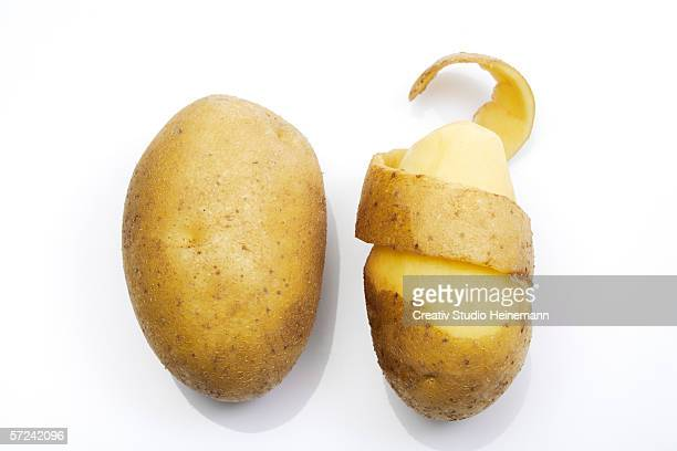 peeled potato, elevated view - rauwe aardappel stockfoto's en -beelden