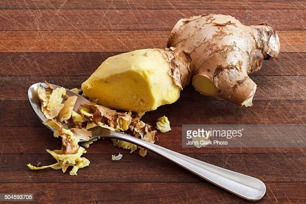 peeling ginger - ティースプーン ストックフォトと画像