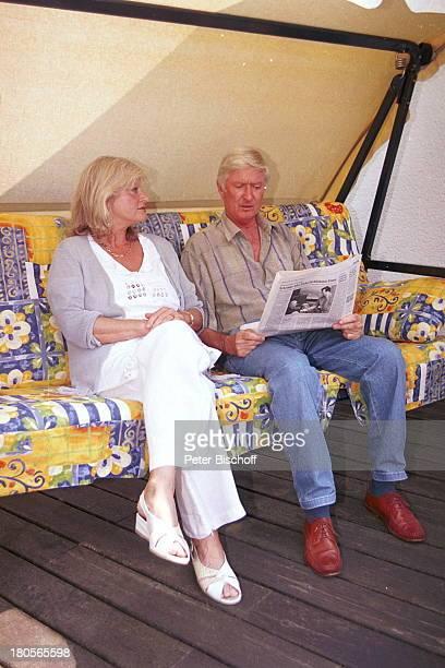 Peer Augustinski Ehefrau GiselaAugustinski Overath bei Köln HausTerrasseHollywoodSchaukel Zeitung Frau