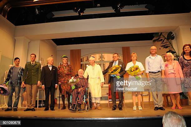 Peer Augustinski mit Ehefrau Gisela Gernot Endemann mit Ehefrau Sabine SchmidtKirchner Martin Rassau Volker Heißmann mit restlichen Darstellern...
