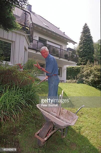 Peer Augustinski, Overath bei Köln, Haus;Garten, Schubkarre, Hobbygärtner, Blumen,;Rasen, Gartenarbeit, gärtnern,