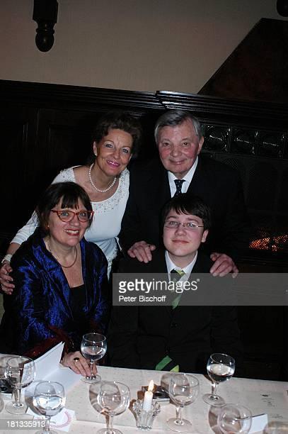 Peer Schmidt Ehefrau Helga Schlack davor seineTochter Petra Enkel Tobias Party zum 80 Geburtstag von P e e r S c h m i d t Berlin Wannsee Deutschland