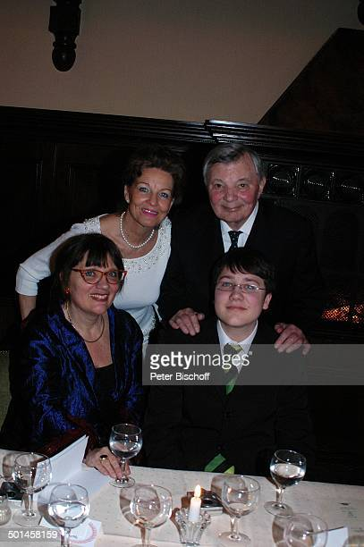 Peer Schmidt Ehefrau Helga Schlack sitzend Petra Kluge und Enkel Tobias Party zum 80 Geburtstag von P e e r S c h m i d t Restaurant Moorlake Berlin...