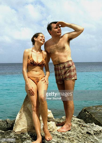 Peer Schmidt Ehefrau Helga Schlack ZDFReihe 'Traumschiff' Folge 5 'Karibik/Grenada' Karibik Urlaub Badeanzug Badehose Ufer Meer Schauspieler...