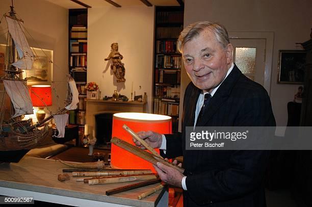 Peer Schmidt, Homestory, Berlin, Deutschland, , P.-Nr.197/2006, Wohnzimmer, Flöten-Sammlung, Flöte Musikinstrument, Antiquität, Kamin im Hintergrund,...