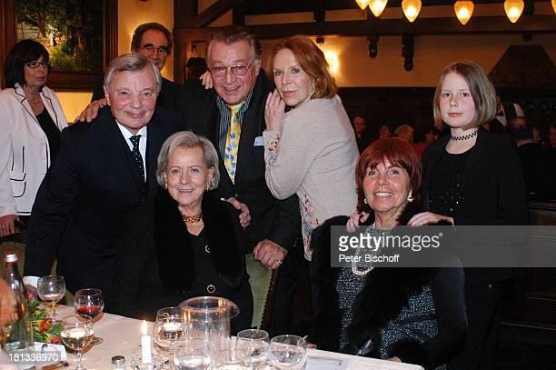 Peer Schmidt, Rainer Brandt, dessen Ehefrau Ursula Heyer , davor Ilse Wendlandt, Angret Bause. Deren Enkelin Anneli Bause, Party-Gäste, Party zum 80....