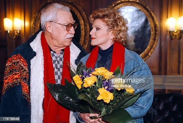 Peggy March mit Ehemann Arnie HarrisStadtbummel alte Heimatstadt München Blumen BrilleBlumenstrauß