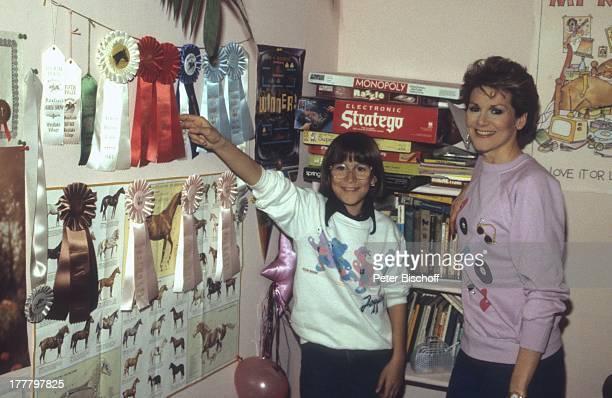 Peggy March mit Tochter Sande Ann Homestory Los Angeles Californien USA Nordamerika Kinderzimmer Pferde Preise Schleifen Auszeichnungen...