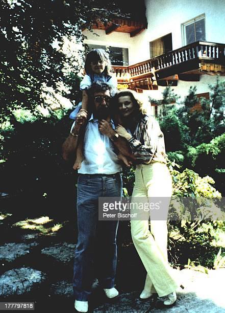 Peggy March Tochter Sande Ann Ehemann Arnie Harris Homestory München Bayern Deutschland Europa Garten umarmenauf den Scultern sitzen Familie...