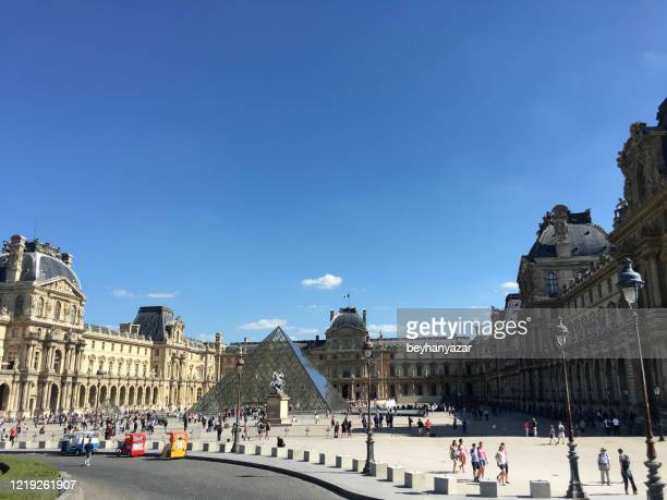 pei pyramid at the entrance to the louvre museum in paris france - cour carree stock pictures, royalty-free photos & images