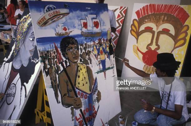 Peintre préparant des panneaux pour la fête de l'abolition de l'esclavage à Salvador de Bahia en mai 1988 Brésil